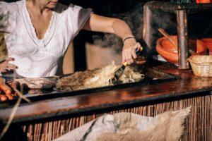 cuisinière devant une plancha