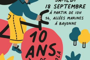 La fête des 10 ans Des animations variées auront lieu tout au long de la journée du 18 septembre. Elles seront ouvertes au grand public, qui sera invité à échanger autour du voyage à vélo, rencontrer nos partenaires associatifs, découvrir l'atelier, participer à une course de lenteur. Une balade à vélo festive partira à 17h30 pour une boucle à travers l'agglomération. L'arrivée sera au Gaztetxe de Bayonne quai Lesseps qui accueillera concerts et DJ. Une petite restauration sera proposée sur place. Le programme complet est en ligne sur le site web et les réseaux sociaux. > Attention, conformément aux règles en vigueur, le passe sanitaire sera obligatoire pour les animations. L'essor d'une association dans l'air du temps Fondée en 2011, Txirrind'Ola a commencé en animant des ateliers ambulants de réparation de vélo. L'idée ? Enseigner la mécanique de base (réparation de crevaisons, réglages de freins...) pour encourager la pratique du vélo. Rapidement, l'association a commencé à récupérer des vélos d'occasion pour les remettre en état et les revendre à petit prix. Avec un premier local rue Sainte-Catherine, puis en 2014 le grand local allées Marines mis à disposition par la communauté d'agglomérations, l'association a pris de l'ampleur. Plus visible, elle a pu embaucher et emploie désormais 4 personnes. Au fil du temps des partenariats se sont noués et les activités se sont multipliées : prêt étudiants, vélo-école pour adultes, animations... le tout grâce aux salariés et à l'énergie d'une équipe bénévole sans cesse renouvelée. L'essor de Txirrind'Ola correspond aussi à une prise de conscience de la nécessité de repenser les déplacements de proximité pour améliorer la qualité de vie et limiter le réchauffement climatique, tout en contribuant à la réduction des déchets à la source. Pour en savoir plus : txirrindola.org Atelier vélo Txirrind'Ola