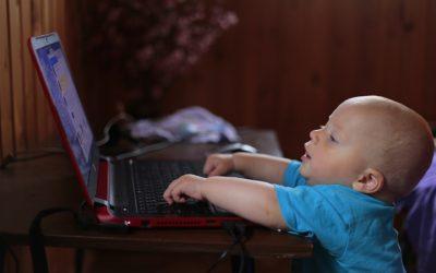 Les enfants préfèrent passer du temps sur l'écran d'un appareil mobile aux sucreries